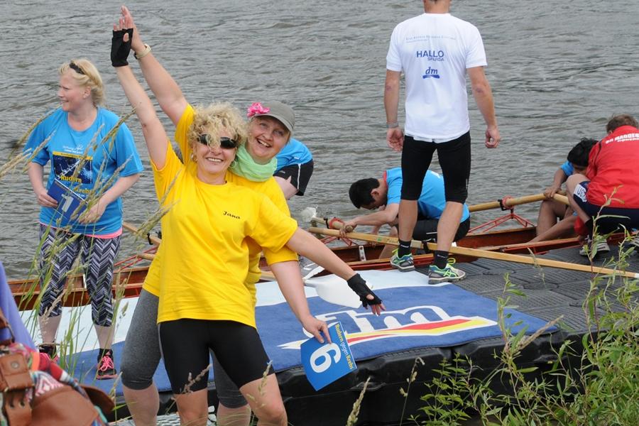 Große Freude bei den Orthopädischen Kittelbienen (Orthopädische Universitätsklinik) nach dem ersten erfolgreichen Rennen.