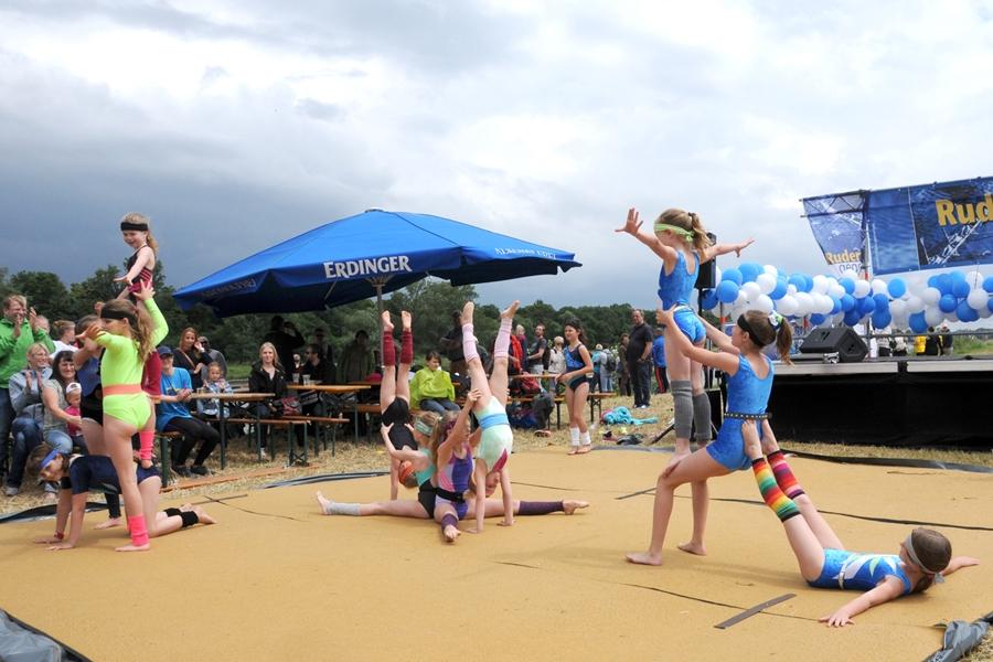 Die Akrobatinnen des Magdeburger Sportvereins 1990 e.V. beeindruckten die Zuschauer mit spektakulären Darbietungen...