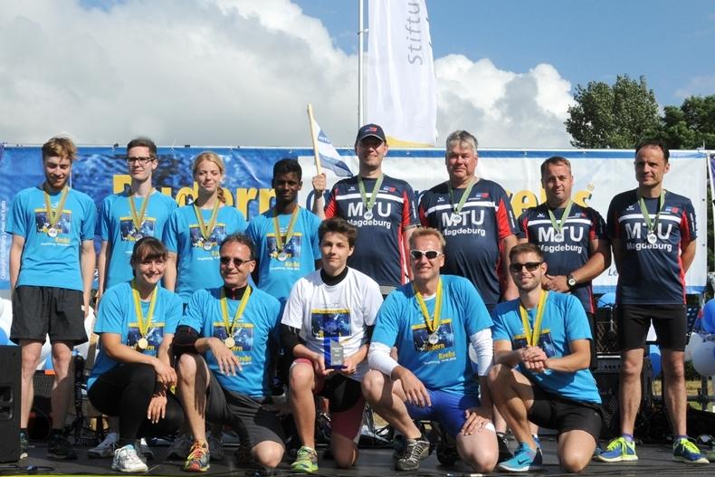Die Siegerteams in der Männerklasse. Bronze errangen die Studenten der OVGU im Boot Mamu Papillos paddelt, Silber ging an die MTU-Ruderer der MTU Reman Technologies GmbH und Gold holten sich die Physiotherapeuten von Angels for Health.